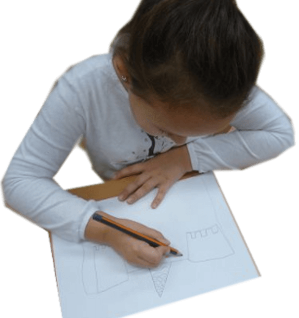 Uczennica w trakcie rysowania